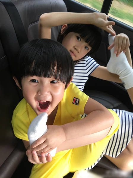 姐妹俩越长越像!贝儿与妹妹放学开心玩耍