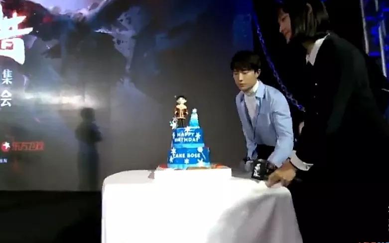 往年都是王源和易烊千玺给王俊凯推生日蛋糕,但今年变了!