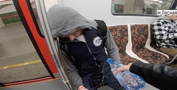 """搭电车见""""男性开腿""""就暴怒 女大生漂白水喷下体"""