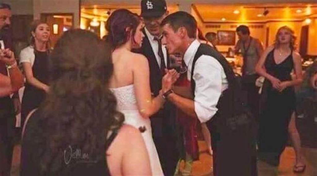"""新娘穿""""裸屁婚纱""""秀翘臀给亲友看?30秒后全笑翻"""