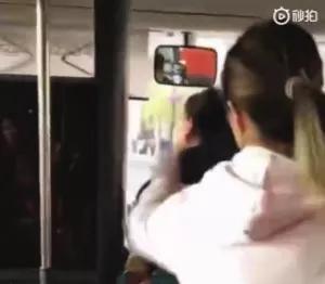 乘客为1元钱和司机争执不休,一位女侠出手了!