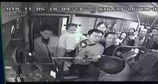 男子公交车上欲殴打司机 女乘客果断出手阻止